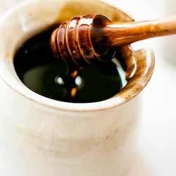 Onze wilde bloemenhoning is een medium donkere en zeer complexe honing, gemaakt van de diverse wilde bloemen